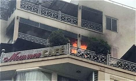 Nhiều du khách tháo chạy khi khách sạn giữa phố cổ bốc cháy