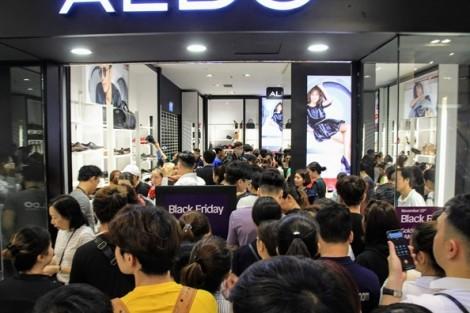 Chen 'tắc thở' mua hàng giảm giá Black Friday