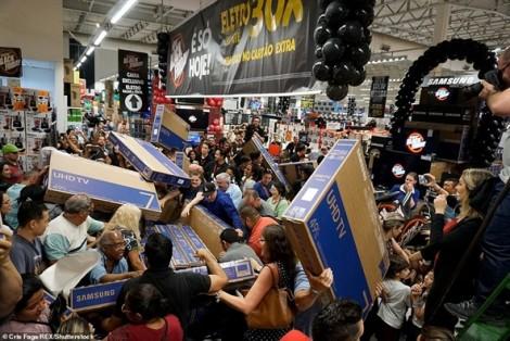 Giẫm đạp, chen chúc, mòn mỏi trong giá rét vì cuộc chiến mua sắm Black Friday