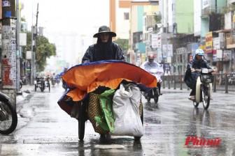 Người Sài Gòn mưu sinh trong mưa bão