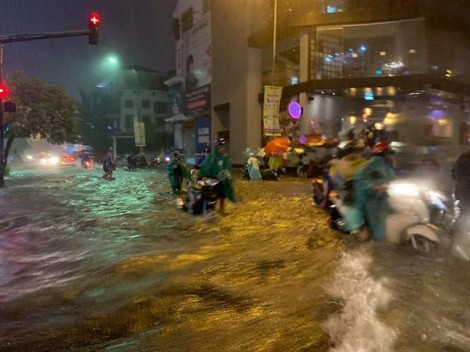 Sài Gòn ngập nhiều nơi, 1 người chết vì bị cây ngã đè trúng