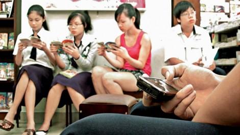 Cắm đầu vào điện thoại -  hình ảnh quen của một thế hệ
