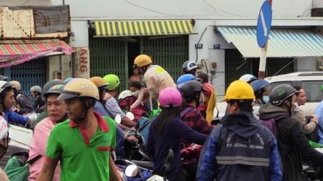 CSGT dùng xe chuyên dụng đưa dân qua 'rốn' ngập Sài Gòn
