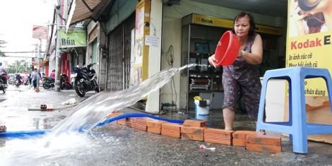 Sau bão, dịch vụ máy bơm nước hét giá