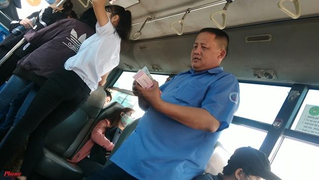 Lanh lung tren xe buyt 'tu than' - Bai 2: Tiep vien, tai xe tu tung tu tac vi da chung chi 'hui chet'