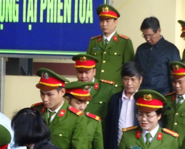 Cuu trung tuong Phan Van Vinh xin vang mat khi toa tuyen an