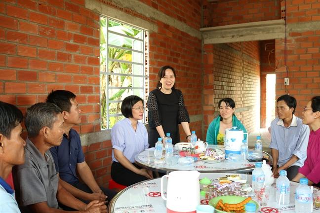 Hoi LHPN TP.HCM: Ban giao hai mai am tinh thuong cho phu nu ngheo tinh Long An