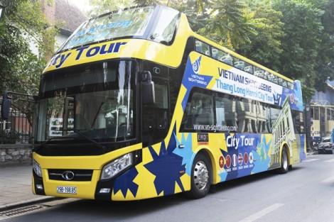 Du khách nước ngoài thích thú trải nghiệm tuyến xe buýt 2 tầng mới ở Hà Nội
