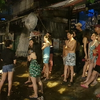 Chay lon o Sai Gon, canh sat phai duc tuong giai cuu 20 nguoi ngu say