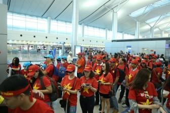 Cổ động viên 'nhuộm đỏ' sân bay lên đường cổ vũ tuyển Việt Nam đá bán kết