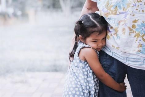 Cha mẹ đừng trao cho con những cái ôm nuôi dưỡng cái xấu