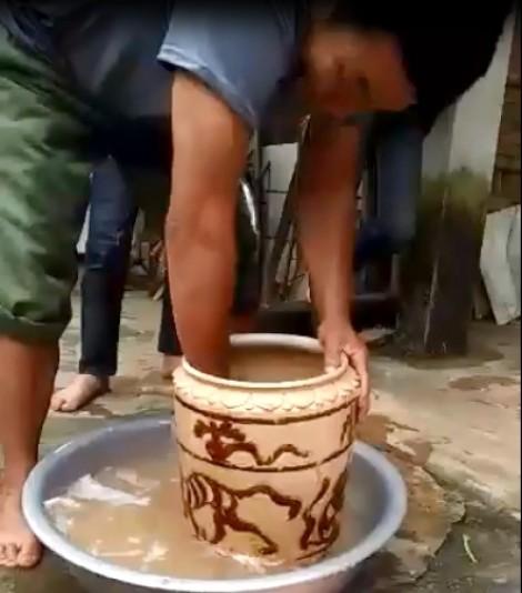 Cặp vợ chồng nghèo đổi đời nhờ chiếc bình nằm sâu dưới lòng đất