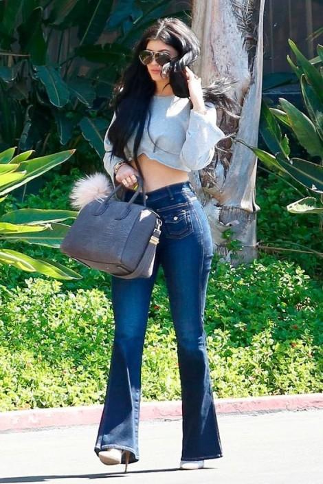 Mặc croptop năng động, nóng bỏng như Kylie Jenner