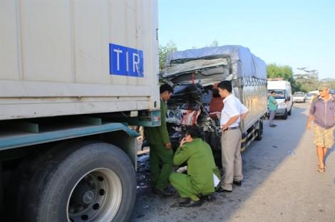 Xe tải đâm đuôi xe đầu kéo, tài xế cùng phụ xe tử vong tại chỗ