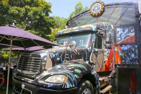 Thưởng thức cà phê trong thùng xe container ở Sài Gòn
