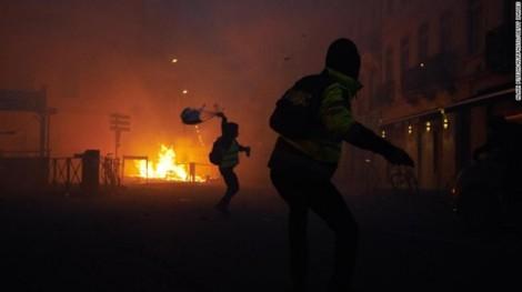 Pháp hoãn tăng giá nhiên liệu để đối phó với làn sóng bạo loạn ở Paris