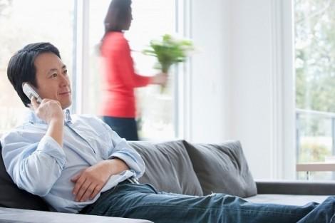 Ly hôn vì chồng quan tâm tất cả người xung quanh, trừ vợ