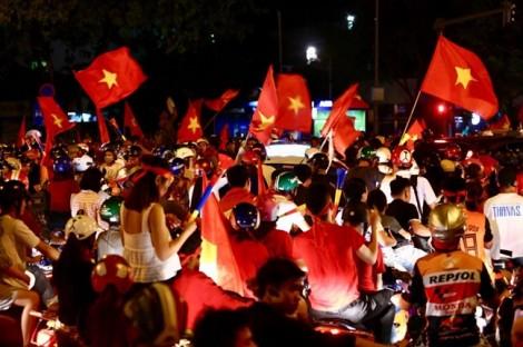 Cổ động viên xuống đường mừng đội tuyển Việt Nam vào chung kết AFF Cup