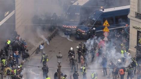 Lực lượng 'áo vàng' tiếp tục biểu tình, Paris chìm trong hơi cay