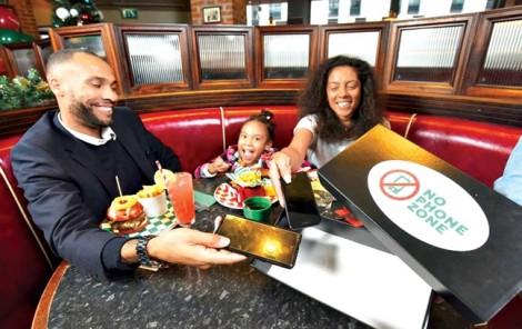 Cha mẹ không dùng điện thoại ở nhà hàng, con được ăn miễn phí