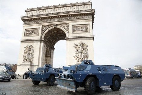 Nhìn lại 4 tuần phong trào biểu tình 'áo vàng' quét qua nước Pháp