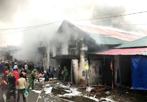 Cháy kho hàng tết hàng ngàn mét vuông gần chợ Vinh
