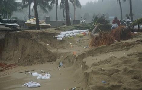 Gần một cây số bờ biển Đà Nẵng bị xé toạc, đường sắt Bắc Nam tê liệt