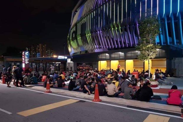 Fan nu Malaysia dung leu mua ve xem chung ket AFF Cup Viet Nam - Malaysia