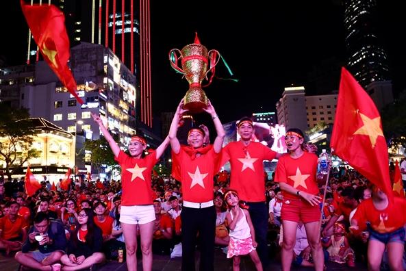 Chung ket luot di AFF Cup 2018 Viet Nam 2-2 Malaysia: Trong tai thoi phat kho hieu, Safawi ghi ban go hoa