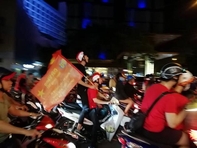 Co dong vien mung ket qua tran dau Viet Nam-Malaysia 2-2