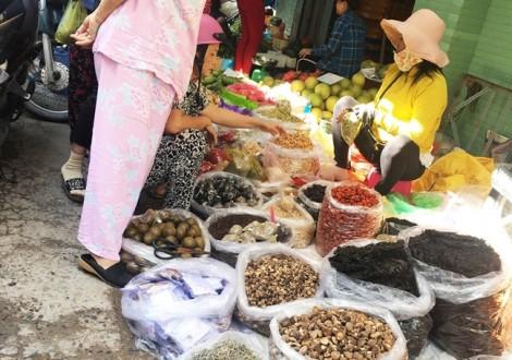 Thảo dược 'trôi nổi' và 'lang vườn' hành nghề giữa chợ