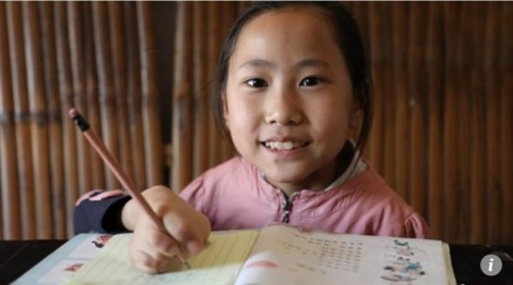 Không có tay, bé gái 9 tuổi dùng chân nắn nót từng nét chữ xinh đẹp