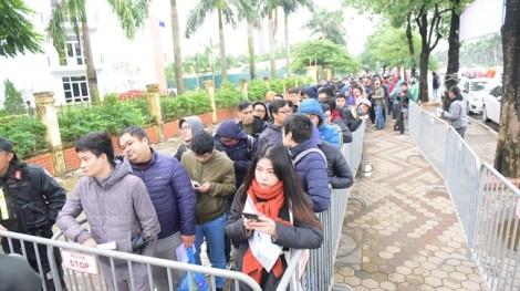 Người hâm mộ co ro xếp hàng chờ lấy vé trận chung kết AFF Cup