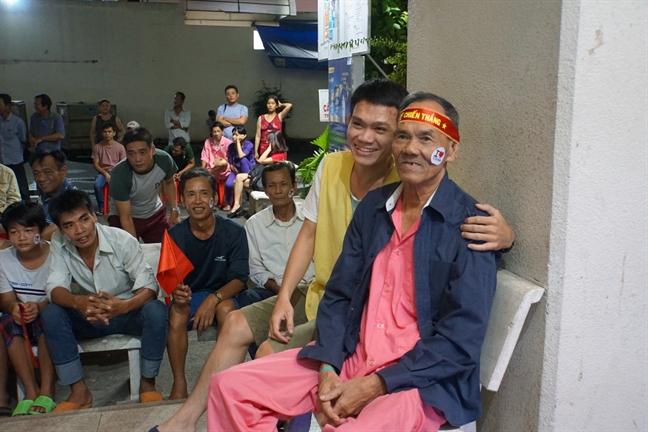'Phat cuong' voi bai tho nguoi chong co vu doi tuyen Viet Nam trong luc cham vo bi ung thu
