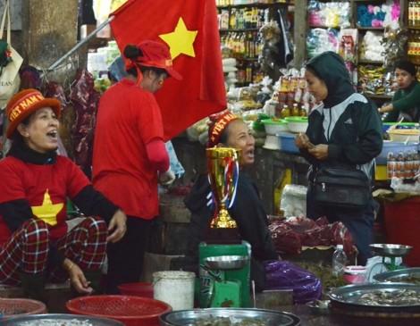 Tiểu thương xứ Huế gõ trống, thổi kèn 'tung chợ' cổ vũ đội tuyển Việt Nam