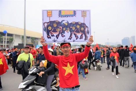 Cổ động viên Hà Nội, TP.HCM hâm nóng trận chung kết trước giờ bóng lăn