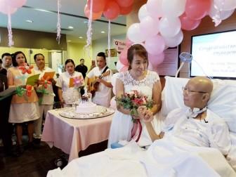 Ung thư phổi giai đoạn cuối, bệnh nhân cầu hôn bạn gái ngay tại giường bệnh