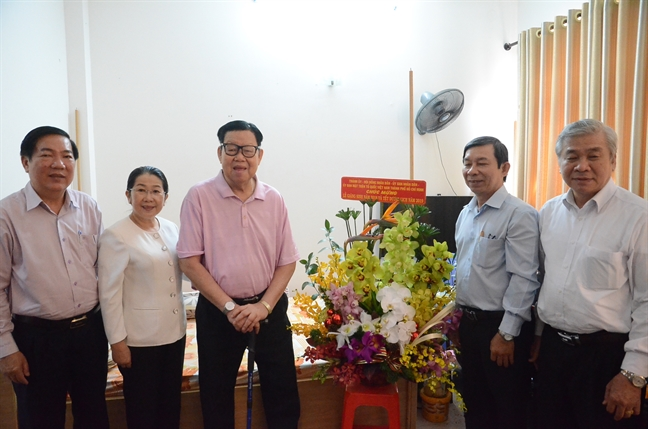 Lanh dao TP.HCM chuc mung le Giang sinh