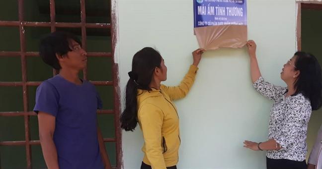 Hoi LHPN TP.HCM: Ban giao ba mai am tinh thuong cho hoi vien phu nu co hoan canh dac biet kho khan