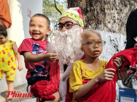Dược sĩ đóng vai ông già Noel để mang niềm vui cho trẻ em bị ung thư