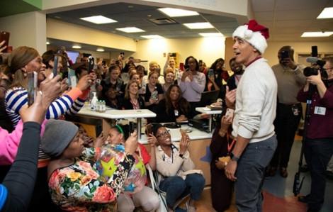 Cựu Tổng thống Obama hóa thân thành ông già Noel vui vẻ