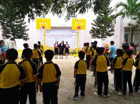 Sun Life Việt Nam phối hợp với các trường học lắp đặt trụ bóng rổ tạo sân chơi cho các em học sinh