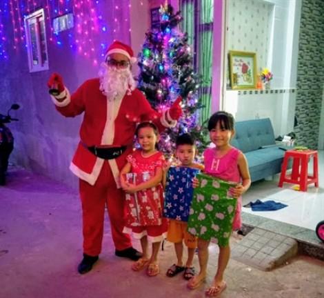 Vài phút trò chuyện thu 200.000 đồng, 'ông già Noel' kín lịch ngày Giáng sinh