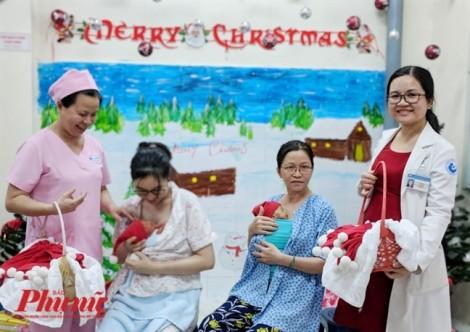 Lạ mắt những em bé Kangaroo đón Noel ở Bệnh viện Từ Dũ