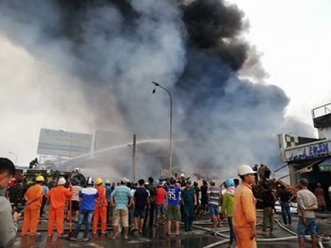 Xưởng gỗ hàng nghìn mét vuông ở Đồng Nai bốc cháy dữ dội