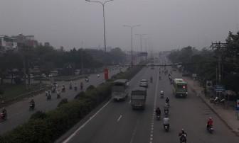 Sài Gòn sương mù dày đặc, ô tô bật đèn giữa trưa