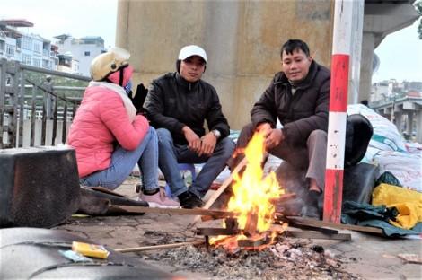 Đốt lửa sưởi ấm giữa phố chống cái lạnh tê buốt ngày cuối năm