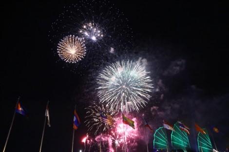 Pháo hoa rực sáng bầu trời TP.HCM chào đón năm mới 2019