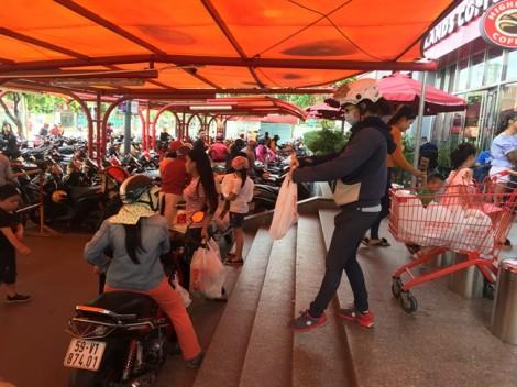 Tranh thủ nghỉ lễ, người dân đi sắm đồ dùng cho năm mới