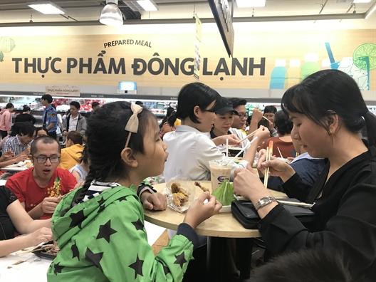 Chen chan, xep hang dai mua hang, an uong o sieu thi ngay dau nam